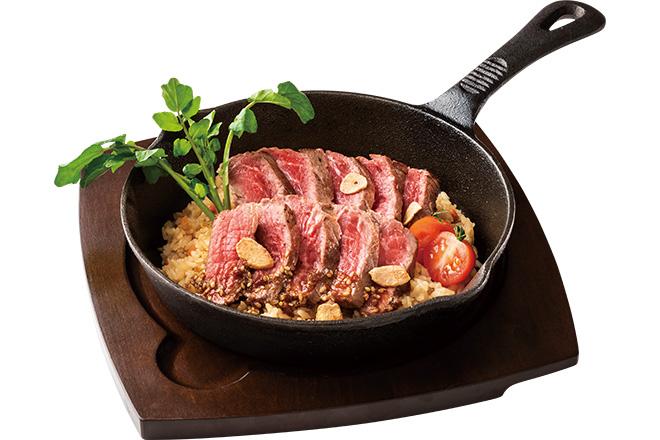 プライムビーフもも肉カットステーキのガーリック焼きごはん(サラダ付)